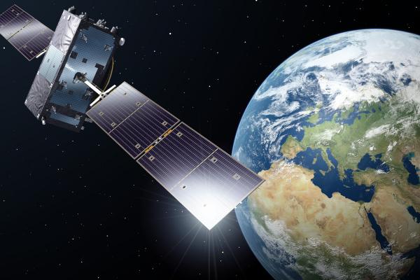 Galileo-satellitti avaruudessa taustallaan maapallo